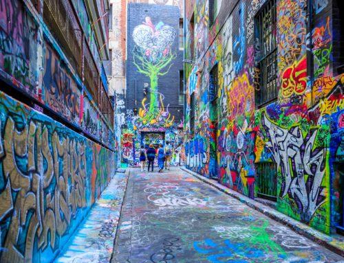 Graffiti bien iluminado, pobres fuera del escenario, rodando