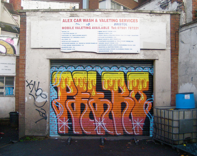 Pieza del escritor británico Petro. La pieza es el tercer formato básico del graffiti. Fotografía de Unity publicada bajo esta licencia.