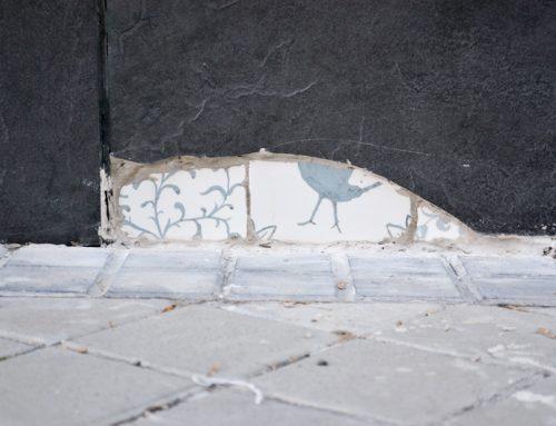 Arte urbano en la universidad: azulejos artesanales y falsas ruinas