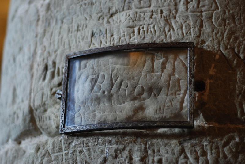Firma de Lord Byron grabada en el Chateau de Chillon, Suiza.